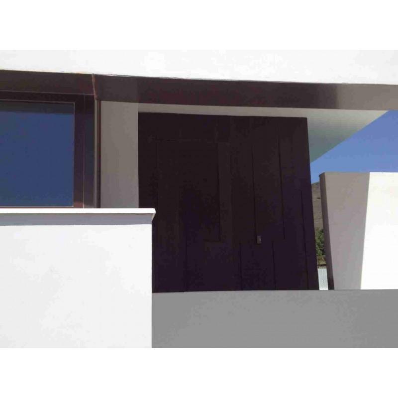 Decoración de puerta de vivienda con chapas de 2mm y 12mm